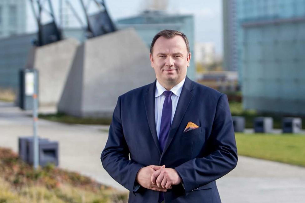 zdjęcie przedstawia Marszałka Województwa Śląskiego Jakuba Chełstowskiego