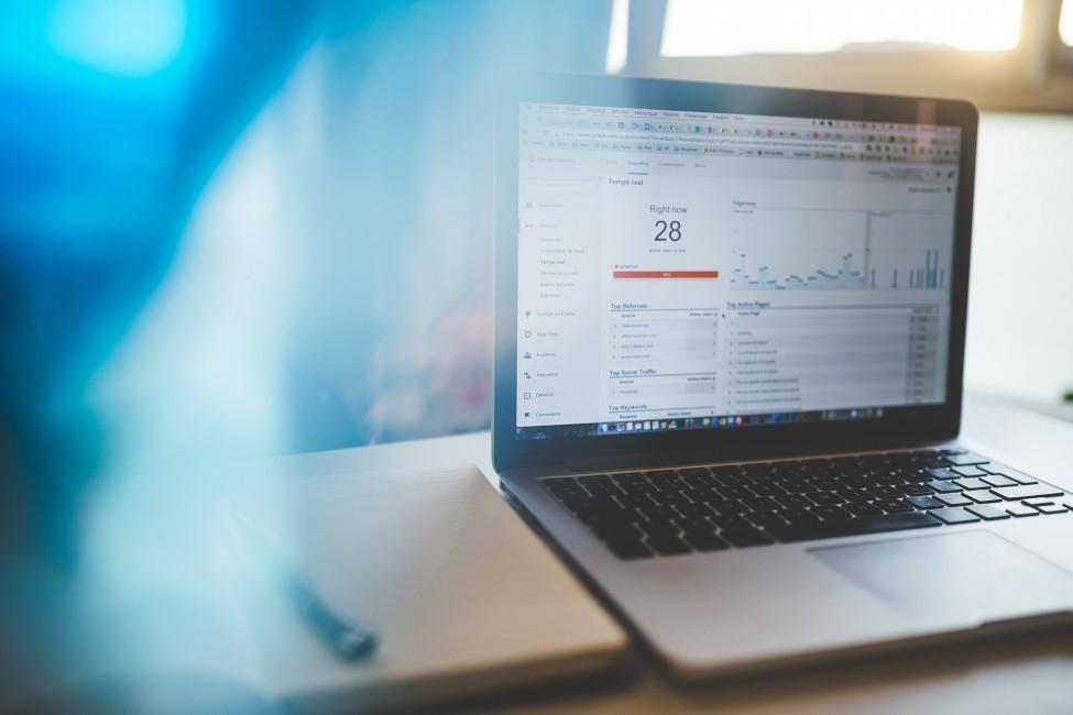 zdjęcie przedstawia laptopa na jakim pokazywane są dane