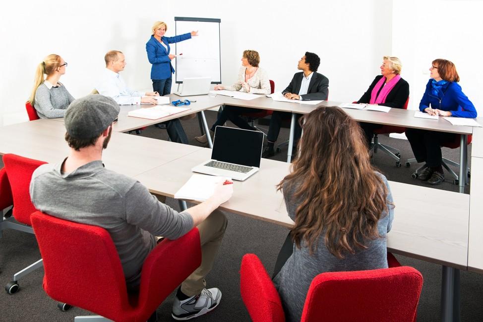 zdjęcie przedstawia zespół pracowników na zebraniu w biurze
