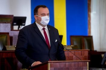 Marszałek Województwa Śląskiego przemawiający z mównicy na Sali Sejmowej