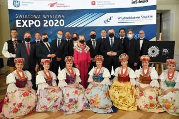 zdjęcie przedstawia władze Województwa oraz Ambasadorów Wydarzenia wśród tancerek Zespołu Pieśni i Tańca Śląsk