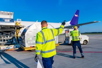 zdjęcie przedstawia załadunek samolotu towarowego