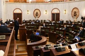 obraz przedstawia Salę Sejmu Śląskiego, na jakiej obradują członkowie Śląskiego Forum Ekspertów