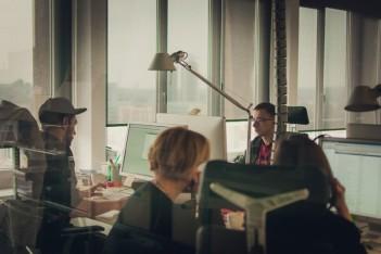 zdjęcie przedstawia kilka osób pracujących w biurze